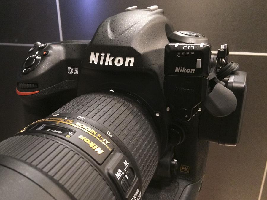 Nikon D5 podczas targów Press Photo Expo 2016. Po prawej stronie wpięte moduły transferu wi-fi oraz gps.